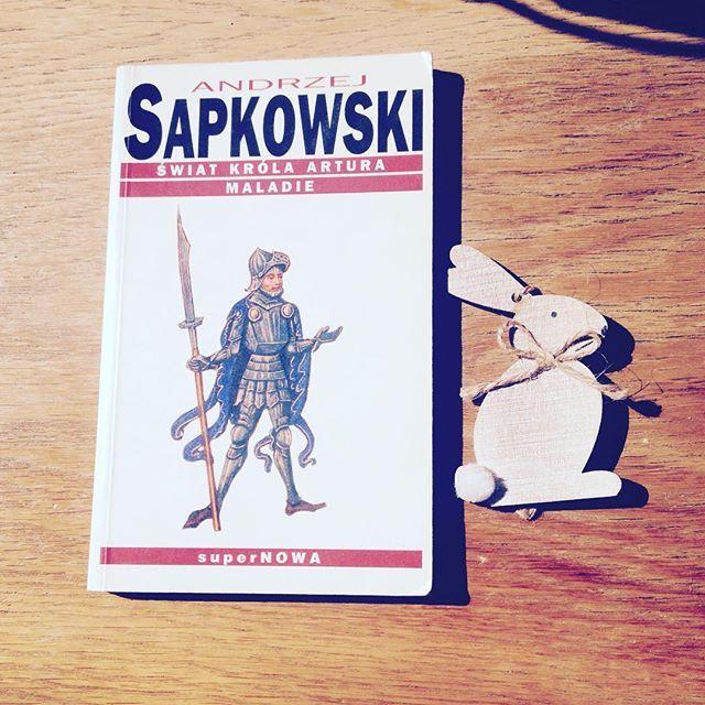 Kiedyś czytałam. ☕️ Świat... Świata dobrze nie pamiętam. Maladie za to... Spala od środka, trawi gorączką. Zaplątało się w myśli. Maladie. #światkrólaartura #maladie #andrzejsapkowski #sapkowski #bookstagram #czytaniejestsexy #czytambolubie #czytaniejestfajne #instabook #książka #książki #fantastyka #polskafantastyka #królartur #tristan #izolda #morholt