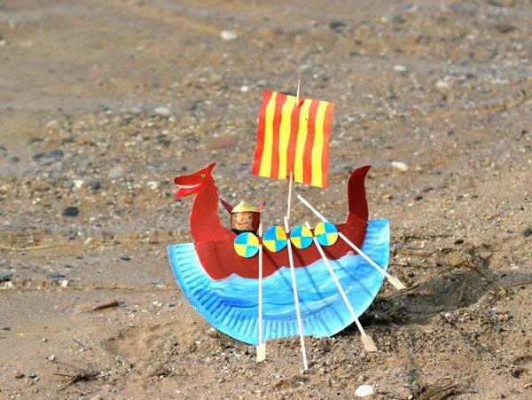 Action-Basteltipp: Aus einem Pappteller können Sie mit Ihrem Kind ein Wikingerschiff basteln, in dem ein kleiner Wikinger aufs Meer hinaus fährt. Wir erklären Schritt für Schritt in unserer Bastelanleitung, wie die wilde Korken-Figur und das Schiff entstehen.
