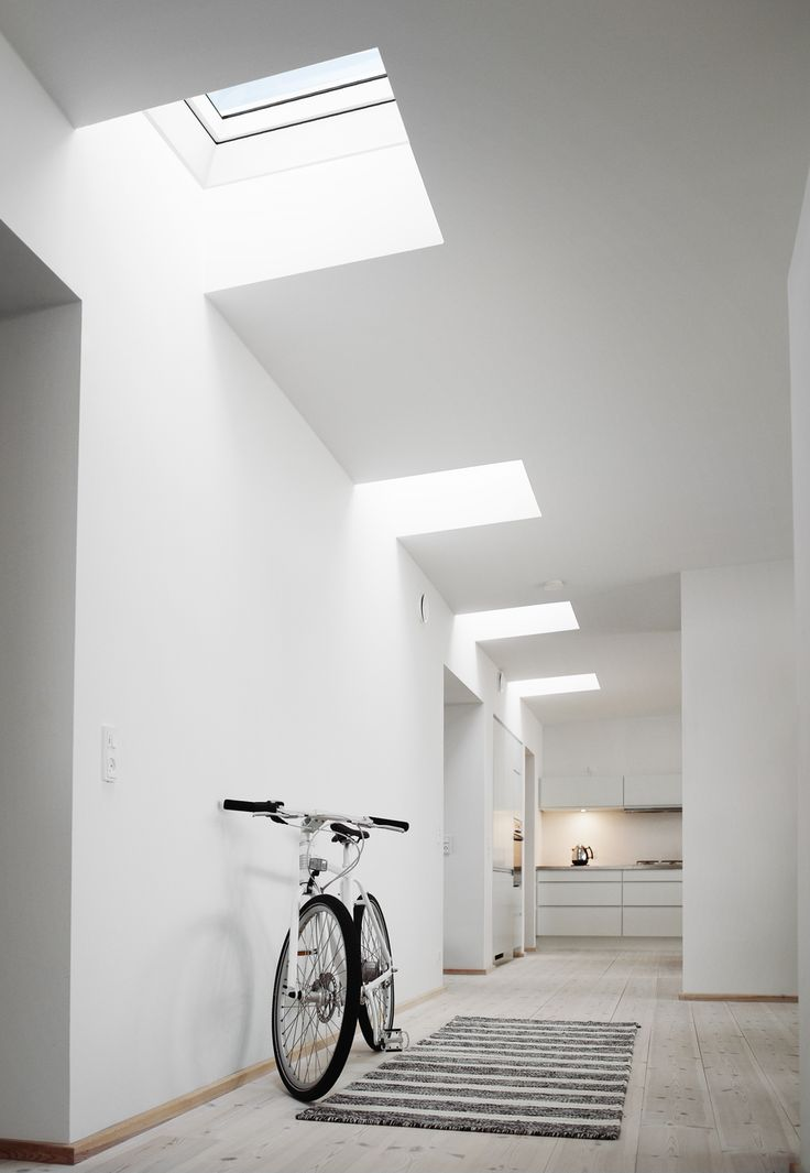 Ein Flur voller Licht und VELUX Flachdachfenstern...