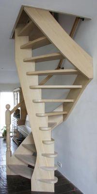 Ruimtebesparende trap, maar dan in het wit en zonder de rondingen.
