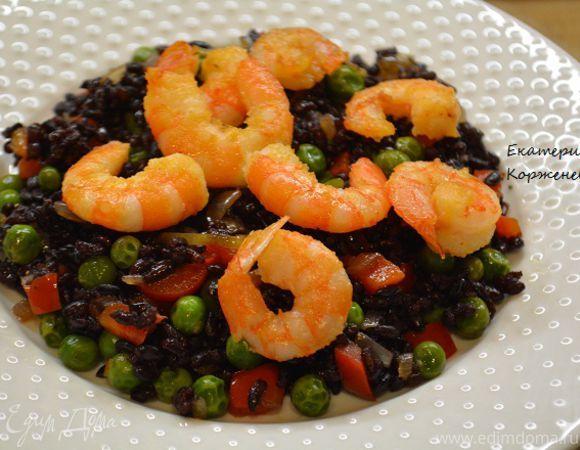 Черный рис с овощами и креветками