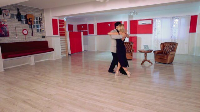 Argentine tango - Vals 6: A basic structure to highlight different counting for man and woman. Watch the entire lesson on www.tangomeet.com.