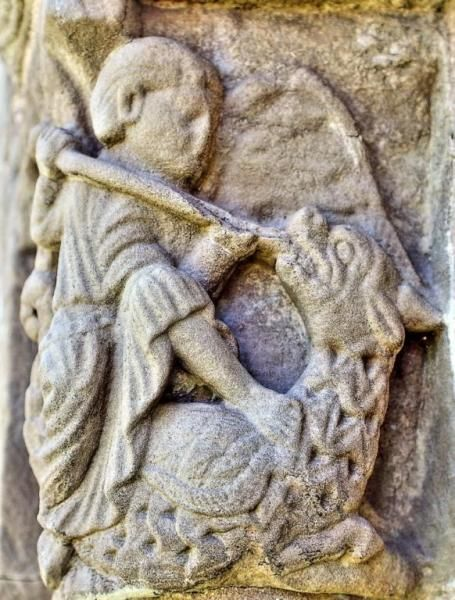 San Miguel alanceando al Dragón - Detalle de la Portada del Antiguo Hospital de Peregrinos de San Juan de Acre, Navarrete, La Rioja