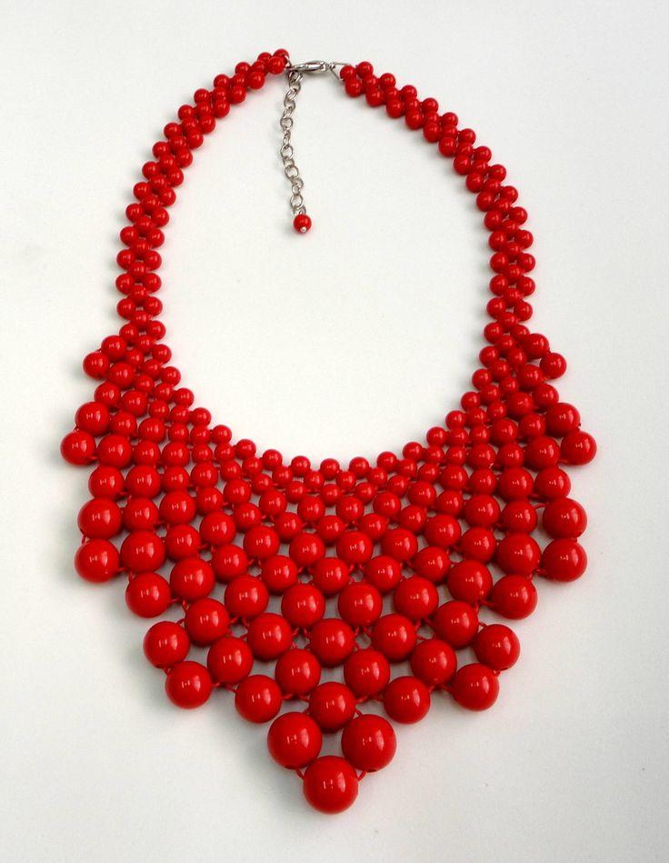 Maxi Colar confeccionado com bolas de resina vermelha e fecho em metal niquelado. <br>Comprimento (volta do pescoço aberta) : 42 cm + 7 cm de corrente extensora <br>Largura meio do colar: 9 cm