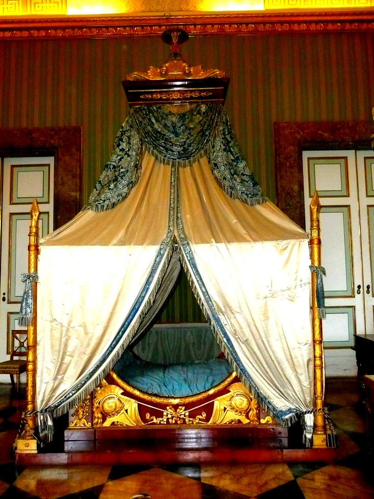 17 best images about sleeping in the castle on pinterest bedrooms marie antoinette and king - Interior designer caserta ...