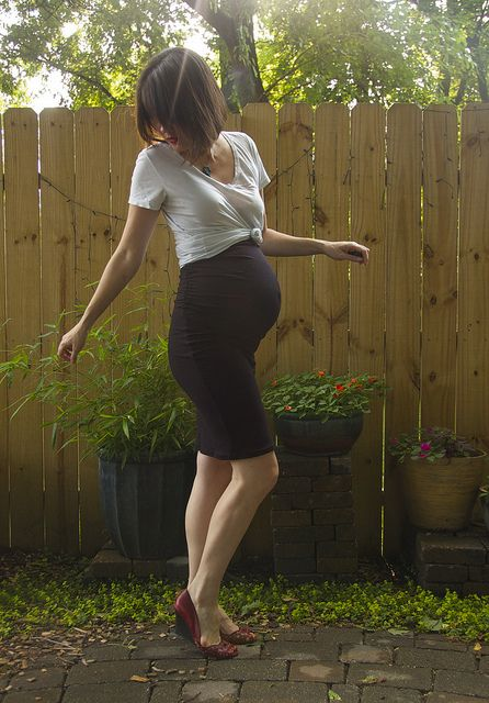 I totally can't wear stuff like this when I'm pregnant, 'cause i look pregnant from the front and the back, but she looks great! (Megan Neilsen ruched maternity skirt)