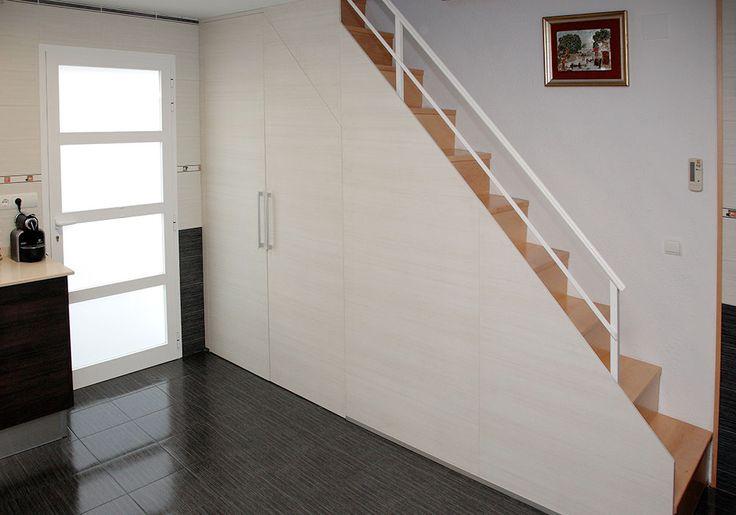 Los armarios de puertas batientes pueden ser de diferentes for Armarios para escaleras