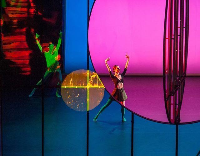 Jika Anda adalah pencinta art perfomance Anda tidak boleh melewatkan pertunjukkan balet 'Tree of Codes' yang diprakarsai Wayne McGregor. Berbeda dengan penampilan balet pada umumnya 'Tree of Codes' bekerja sama dengan seniman Islandia Olafur Eliasson dalam menghadirkan sisi visual nan stunning berupa layar penuh warna vibran dan kombinasi cermin untuk menciptakan bayangan artistik serta sesuatu yang baru bagi penontonnya. Tarian yang diangkat dari buku Jonathan Safran Foer ini resmi…