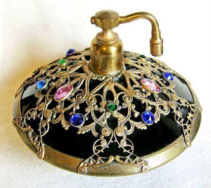 La palabra perfume tiene un origen antiguo. Durante la Edad de Piedra, los hombres prendían fuego a maderas aromáticas como ofrenda a los dioses. De...