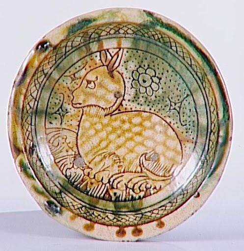 Coupe: Quadrupède (chat ?) Période: 15e siècle. Technique/Matière : terre vernissée. Site de production:  Faenza (origine). Localisation : Paris, musée du Louvre