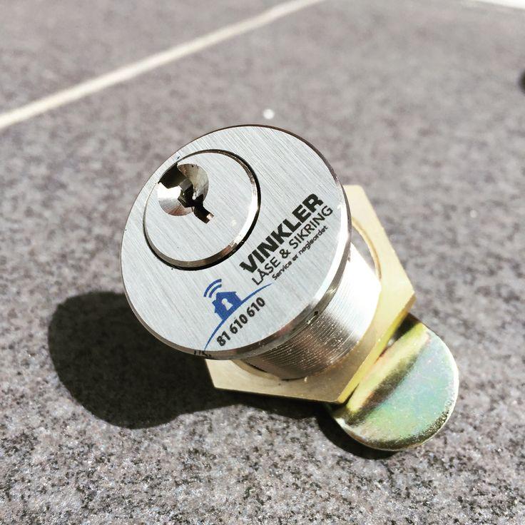 Tryk på metal lås hos Luksus Tryk ApS