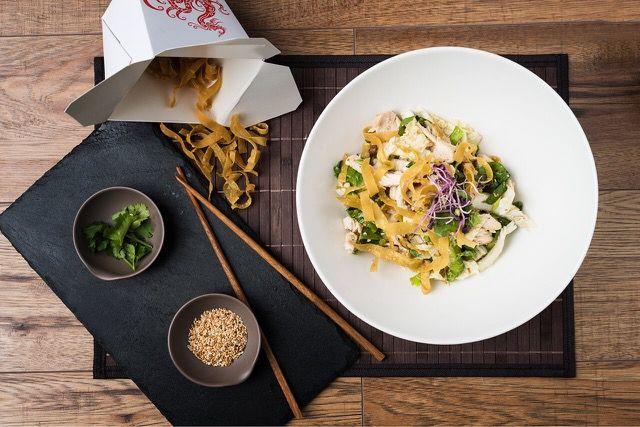 Prémium sous vide csirkemell szójás dresszinggel, mandulával, szezámmaggal,ropogós salátával tálalunk. Egy falat Vietnám!