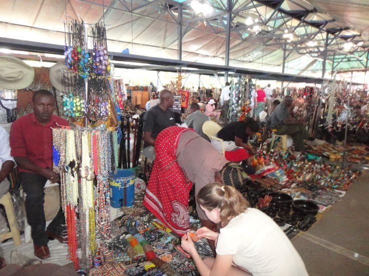 MAASAI MARKETS. La visita ai mercati maasai è un Must.  Un mare di prodotti di artigianato esposti a terra, sopra teli colorati e coperte rosse, in un'atmosfera concitata e suggestiva. I maasai, intenti alla lavorazione artigianale dei vari oggetti, sono seduti su rudimentali panche, sotto ombrelli per ripararsi dal sole, riposano, chiacchierano tra loro o si lanciano nella caccia ai turisti.