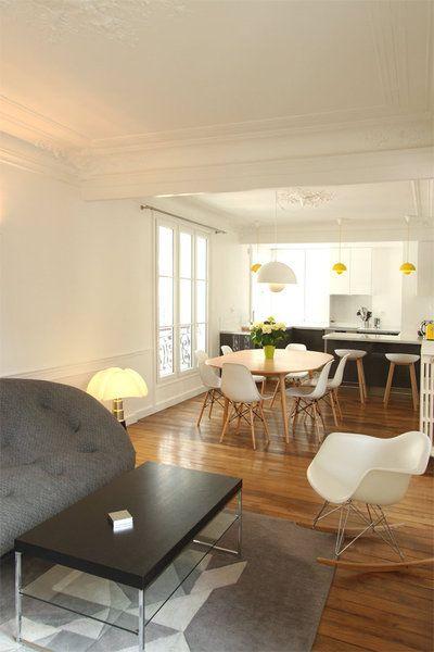 Le double salon a été ouvert pour offrir une unique pièce à vivre intégrant la cuisine. Canapé Ploum des frères Bouroullec, édité chez Ligne Roset.
