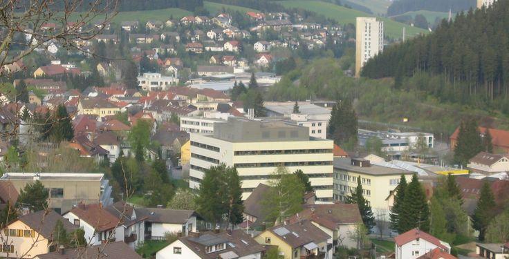 Furtwangen (Baden-Württemberg): Furtwangen im Schwarzwald ist eine Stadt im Schwarzwald-Baar-Kreis, Baden-Württemberg. Prägend für die Stadt sind die starke Industrie mit niedriger Arbeitslosenquote, die traditionsreiche Hochschule Furtwangen, schneereiche Winter und aus geschichtlicher Sicht die Uhrenindustrie.