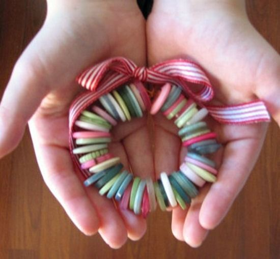 Guirnalda de Navidad hecha con botones
