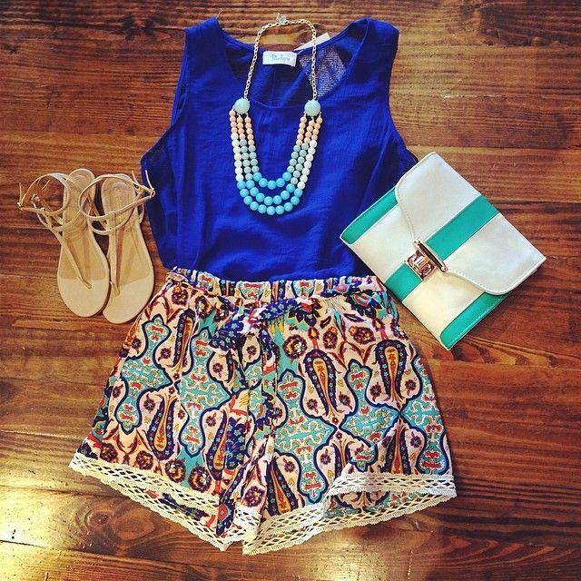 calções largos / camisola justa / carteira pequena / colar / sandálias