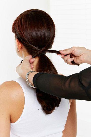 Passo 4 – Entrelace as partes do cabelo e fixe-as com um gancho.