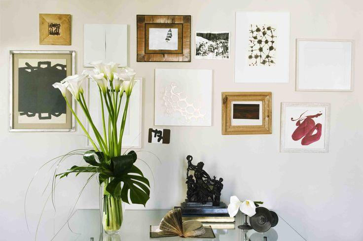 A white calla lily arrangement in a very bright room | Arreglo de calas blancas en un cuarto con mucha luz