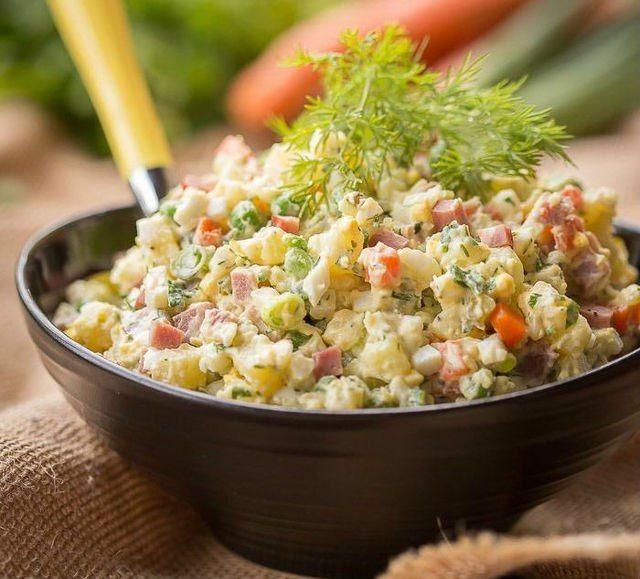 Учимся готовить классический оливье. Классический салат оливье с мясом — еще один символ Нового года, который нам привычно видеть на праздничном столе. Но мало кто знает, что автор этого блюда — французский повар Люсьен Оливье, открывший в середине XIX века в Москве ресторан «Эрмитаж». Его фирменная закуска оливье из мяса куропаток и рябчиков, с языком молодого теленка, раковыми шейками и прослойкой желе из бульона собирала в ресторане гурманов со всей столицы.