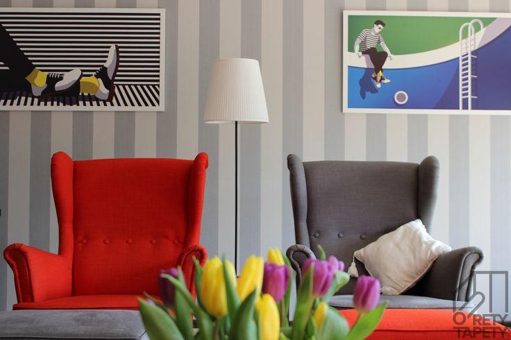 Kącik wypoczynkowy, tapeta w szare pasy, kolorowe fotele Ikea