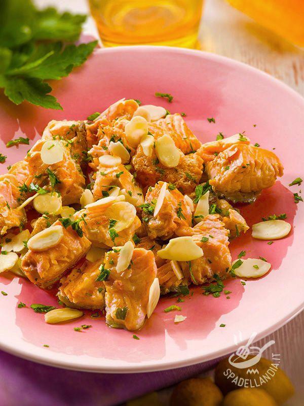 Il Salmone alle mandorle è un secondo piatto molto aromatico e raffinato: naturalmente ricco di omega 3, potete prepararlo e gustarlo in pochi minuti.