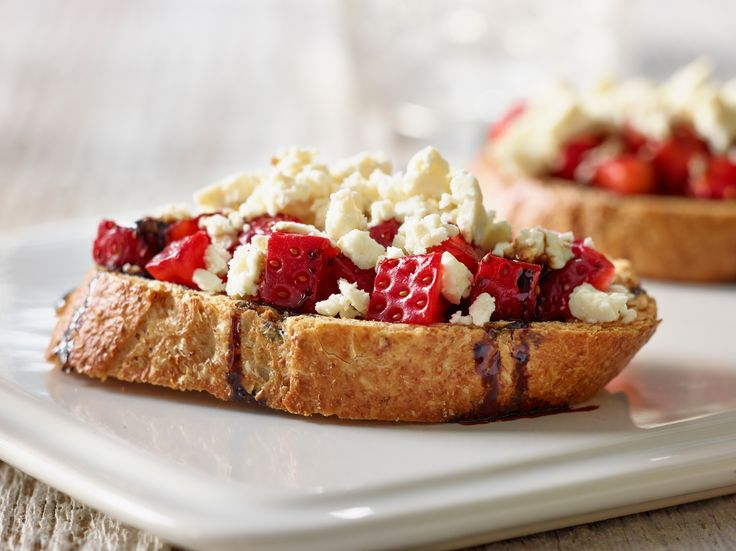 Bruscetta with strawberries and balsamic vinegar