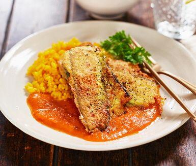 En vego variant av den italienska paradrätten piccata.  Under den frasiga parmesanpaneringen  gömmer sig spänstiga zucchiniskivor istället för kött. Zucchinipiccatan serveras med en mustig tomatsås och avorioris.
