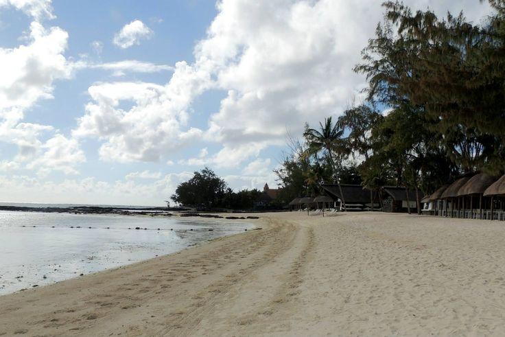 Im Osten von Mauritius zwischen Belle Mare und Pointe de Flacq liegt der schöne 8km lange Strand von Belle Mare. Sie müssen unbedingt an dem weitläufigen Strand Belle Mare Station machen, um sich einem einmaligen Bade- und Surfvergnügen hinzugeben  Etwas weiter südlich liegt der Palmar Beach mits einem türkisfarbenen Wasser   Beide Strände bieten reichlich Platz und man findet trotz einiger Hotels auch ruhige  Strandabschnitte.