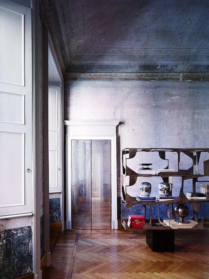 C'est dans un palazzo du XVIIIe siècle que l'architecte-designer Vincenzo De Cotiis s'est inventé un appartement poétique et conceptuel, entre patines du passé et fulgurances contemporaines / Ici, le salon / © Paul Lepreux