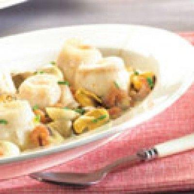 Normandische tongrolletjes is een lekker recept en bevat de volgende ingrediënten: - 8 tongfilets, - 500g kleine mosselen, - 50g grijze garnalen, - 250g champignons, - 5dl visbouillon, - 1dl room, - 1 glas droge witte wijn, - Citroensap, - Verse bieslook, - Peper en zout