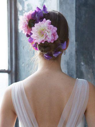 きっちりまとめたシニョンヘアにパープルのダリアが鮮やかに映えて。花が大ぶりなので数は少なめに。