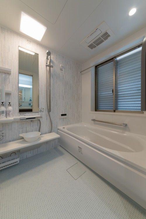 浴室はtotoのシステムバスマンションリモデルwgへリフォーム 古い木材をモチーフにした フレスコウッド のアクセントパネルは 奥様のお気に入り 床はペールブルーを選び