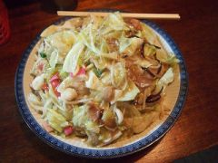長崎のご当地グルメといえばちゃんぽんですが長崎県南島原市の中華飯店実吉はデカ盛りのちゃんぽんが食べられるお店として有名です こちらのお店はちゃんぽんだけでなくチャーハンとトンカツ唐揚げが一体化した料理など安くてガッツリ食べたい人にはおすすめなメニューが豊富にあります ランチにここのデカ盛りメニューを食べたら夕食が食べられないくらいのボリューム ちょっと郊外のお店ですが味は間違いないお店なのでぜひお立ち寄りください tags[長崎県]