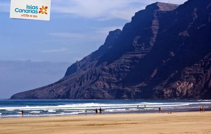 A veces en Famara al levantar el viento las dunas te encuentras una casa debajo de la arena. #tienesqueveniraCanarias