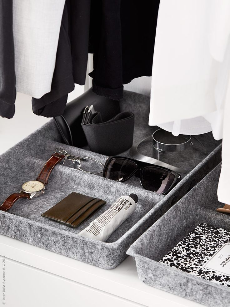 BESTÅ lådavdelare fungerar här som en fin förvaringsbricka ovanpå lådorna. Här kan du skapa en stilsäker och överblickbar förvaring av klockor, solglasögon och andra småsaker.