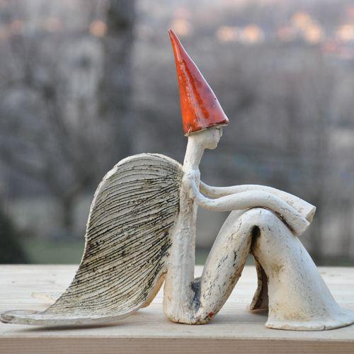 siedzący anioł .rok powstania 2011,sygnatura autorska,wymiary h-21cm,dł.24cm