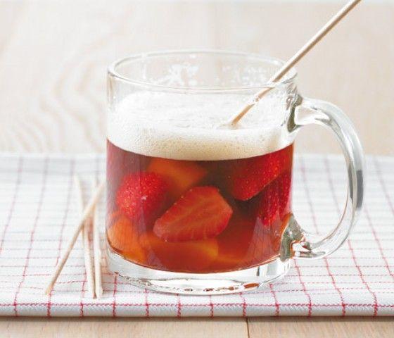 Ein Klassiker: Altbierbowle mit viel frischem Obst und Himbeersirup.