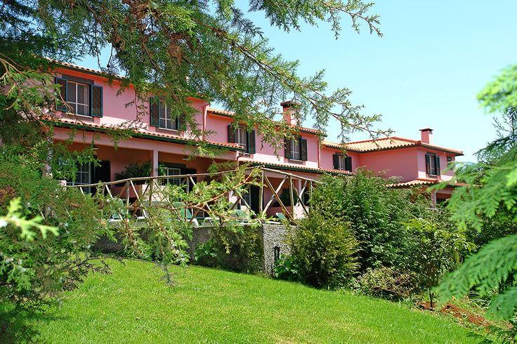 Description: Kom tot jezelf in Quinta de Santo Antonio da Serra  Rust rust en nog eens rust Het zal waarschijnlijk het eerste zijn dat je opvalt na aankomst in Quinta de Santo Antonio da Serra: De rust. Heel kleinschalig en op een groot domein van wel 14.000 m2 gelegen klopt dat inderdaad. In zo?n enorme en mooi ingerichte tuin vind je bijvoorbeeld altijd wel een plekje waar je even helemaal alleen kunt zijn met de stilte. Wat de stilte betreft luister eens naar de geluiden om je heen. Nee…