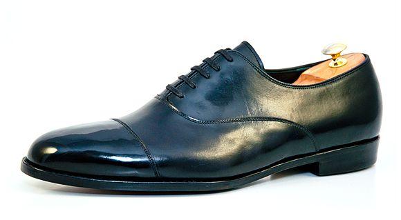 Oxford: Ein klassischer Vertreter englischer Schuhmachertradition, der im 18. Jahrhundert in England in Mode kam. Kennzeichen des Oxfords ist die geschlossene Schnürung, dank der der Fuß angezogener und seriöser als bei einer offenen Schnürung wirkt | Vickermann & Stoya Maßschuhe - Schuhmacher, Schuhreparaturen, Schuhmanufaktur
