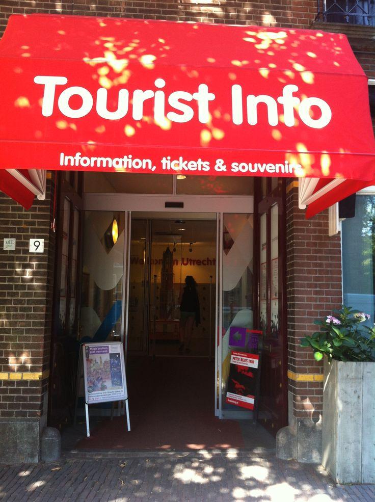 Naast de beroemde Dom-toren zie je een opvallende toeristen-info winkel. Door de felle kleur is deze niet te missen.