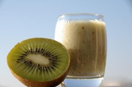 """Masque antirides : Le kiwi est un fruit gorgé en vitamine C, véritable """"booster"""" de collagène et aide la peau à se défendre contre le froid et les agressions extérieures. 1_Désinfectez un bol avec de l'alcool à 70°c. 2_Écrasez votre kiwi et ajoutez 2 c. de yaourt et 1 c. de miel (aux propriétés antiseptiques et adoucissantes). 3_Ce masque antirides et hydratant est à appliquer tout de suite sur le visage, quand la vitamine C est encore fraîche et non oxydée! Effet bonne mine garanti."""