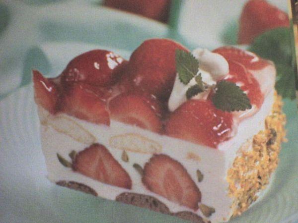 Vyšľaháme šľahačku a vmiešame do nej kyslé smotany a vanilkový cukor. Do tortovej formy rozložíme ce...