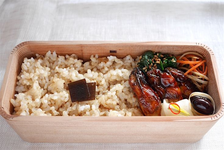 法蓮草胡麻和、金平牛蒡、牡蠣ソテー(チヂミたれ)、黒豆、蕪甘酢、玄米160g(昆布煮)、糠漬け