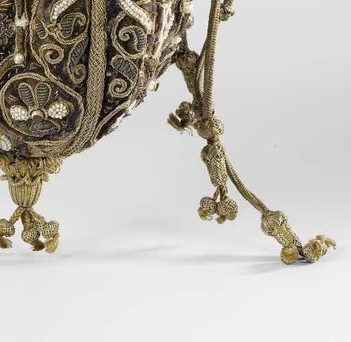 Buidel van paars fluweel, bestaande uit vier pattes waarop afwisselend het gekroond monogram 'DG' of 'ML' of twee verstrengelde handen onder een brandend hart, geborduurd met veelkleurige zijde, gouddraad, parels, lovers en robijnen, anoniem, 1600 - Rijksmuseum