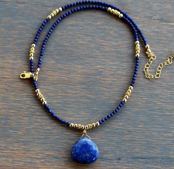 Llena de estilo bohemio y atractivo llamativo colgante, collar de lapis esta Tam Davis puede ser como casual o tan elegante como usted tiene gusto. La gota gorda de azul lapislázuli es cubierta en una superficie de luz que reflejan facetas y fija en la base de lapislázuli facetado y 14k oro perlas llenadas. Se sujeta con un corchete de la garra 14 k oro langosta rellena y tiene una cadena de extensor de dos pulgadas. Dos longitudes disponibles. Usar este solo o mezclarlo con otros favoritos…