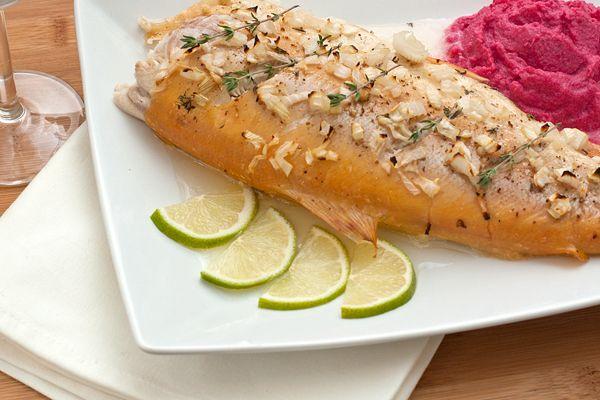 Янтарная форель один из подвидов радужной форели. У нее нежное мясо, которое хорошо подходит для запекания целиком. Мясо этой рыбы содержит большое количество каротина, ненасыщенных жирных кислот и необходимых организму витаминов. Но по этому рецепту можно готовить и другую рыбу сходного размера с белым мясом.