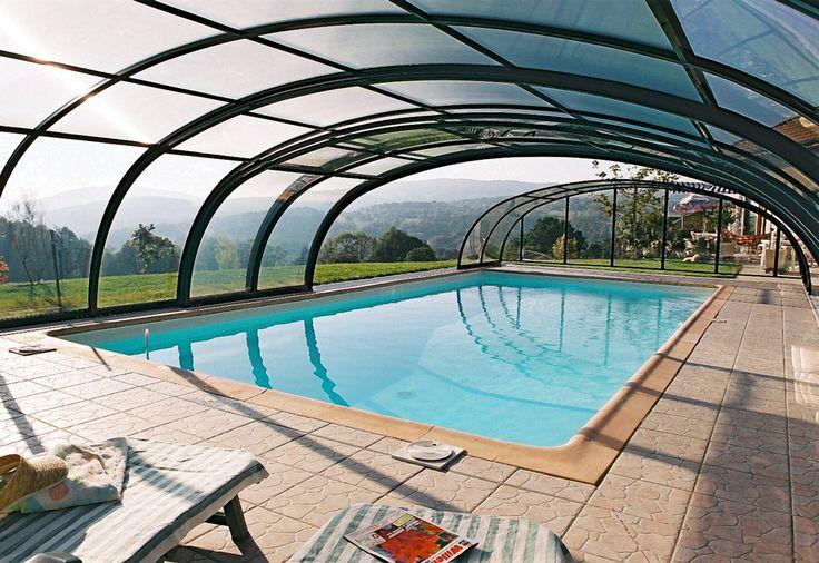 Posuvné zastřešení bazénu TROPEA nabízí dostatek volného prostoru kolem a nad bazénem