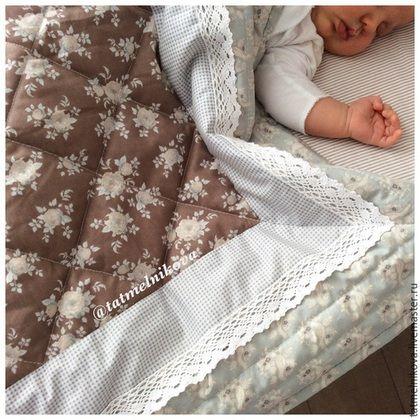 Купить или заказать Детское лоскутное одеяло. Конверт на выписку для новорожденной. в интернет-магазине на Ярмарке Мастеров. Нежный и утонченный конверт на выписку в мягких сдержанных тонах. сшит из оригинальных брендовых Тильда-тканей Белоснежный бантик развязывается ... И конверт превращается в одеялко, которое будет использоваться (и вызывать восторженные взгляды окружающих))) еще года два, как минимум. На тонком подкладе, подойдет на весну, прохладное лето. Полностью простеган, и…