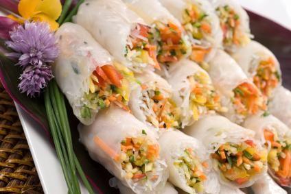 Rolinho Vietnamita com folhas de papel arroz e vegetais.
